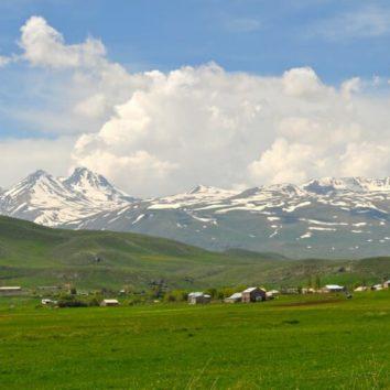 Armenien-wandern-Landschaft-am-Aragats