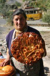 Armenien-Studienreise-mit-Mietwagen-Felsenkloster-Brot