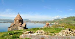 Armenien-Studienreise-Sewansee-mit-Kirchen