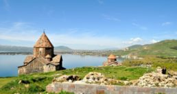 Armenien-Sewansee-mit-Kirchen
