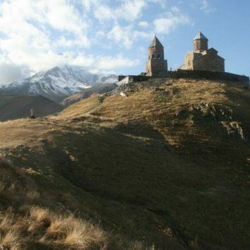Georgien-Wanderreise-Dreifaltigkeitskirche-Gergeti-Kasbegi