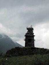 Mystische Stimmung an heiliger Stätte im Dorf Dano