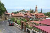 Blick auf die am Hang gebauten Häuser in Sighnaghi, Kachetien, Georgien Reise