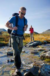 norwegen-wanderreise-wanderer-fluss-überquerung