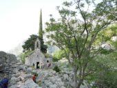 Montenegro-Wanderreise-Kirche-in-den-Bergen-Kotor