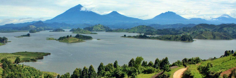Zentral Uganda: Landschaft mit See und Gebirge