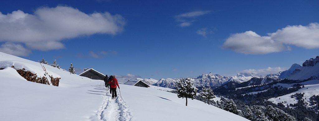 suedtirol-wanderreise-schnee-ausblick-berge-weg-wanderer