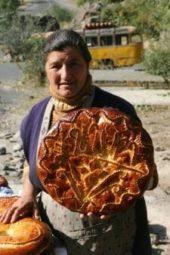 Georgien-Armenien-Wanderreise-Verkäuferin-mit-köstlich-süßem-Brot-am-Kloster-Geghard