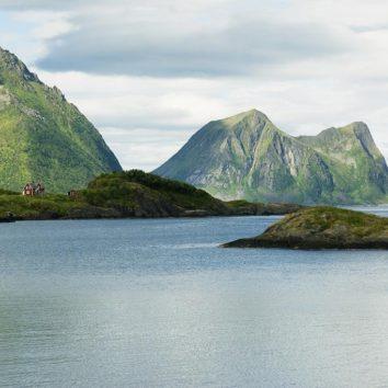 norwegen-wanderreise-berge-häuser