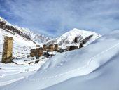 Georgien-Schneeschuhwandern-Wehrtürme-im-Schnee