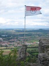 deutschland-wanderreise-staffelberg-blick-maintal-frankenfahne